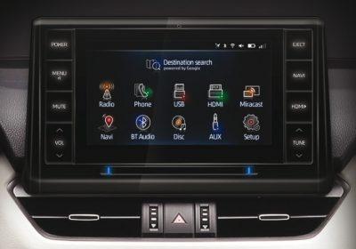 """Audio con pantalla táctil LCD de 8'', MP3, Bluetooth, 6 parlantes y sistema de navegación satelital GPS con soporte de Google Maps y función """"Push to car""""."""