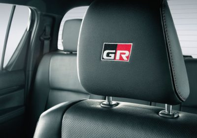 Apoyacabezas delanteros con emblema Gazoo Racing.