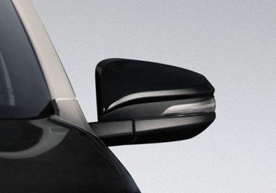 Espejos retrovisores negros con regulación y rebatimiento eléctrico, guiño incorporado y desempañador.