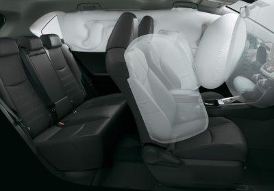 Airbags frontales (x2), laterales (x2), de cortina (x2) para el conductor y pasajero, y de rodilla para el conductor.